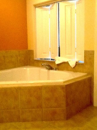 Floridays Resort Orlando: Whirlpool bath in the master bathroom