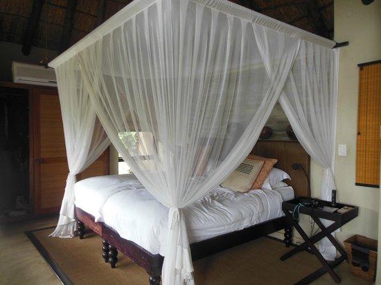 Impodimo Game Lodge: Le beau lit avec une moustiquaire utile contre les arraignées !!