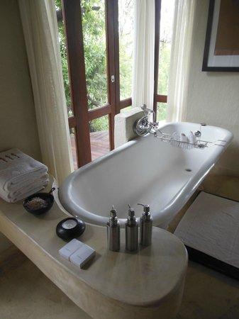 Impodimo Game Lodge: Salle de bains avec vue sur la réserve