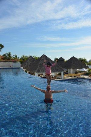 The St. Regis Punta Mita Resort : Circus tricks at Marietas pool
