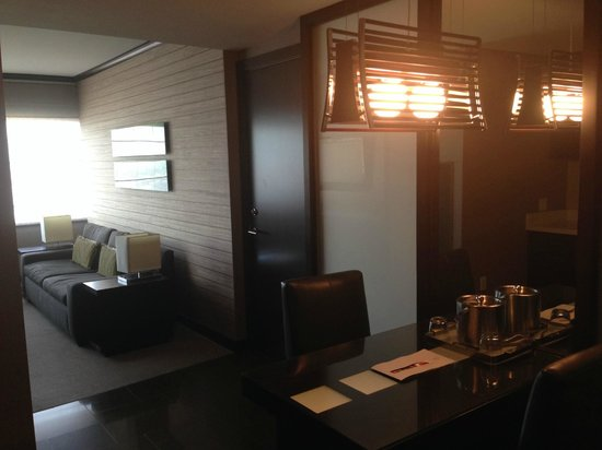 Vdara Hotel & Spa: Living area and kitchen