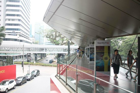 Pavilion KL: Covered walkway to the mall