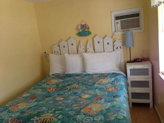 Sun Deck Inn & Suites: Narrow bedroom