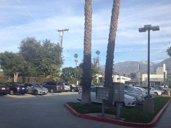 Holiday Inn Express Hotel & Suites Pasadena Colorado Blvd.: Front parking lot