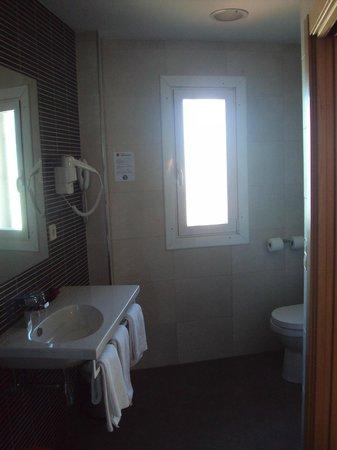 Hotel Santamaria : Baño de habitación doble grande.