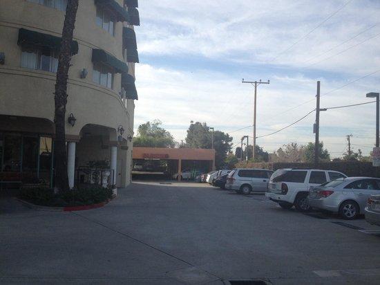 Holiday Inn Express Hotel & Suites Pasadena Colorado Blvd.: Hotel rear parking