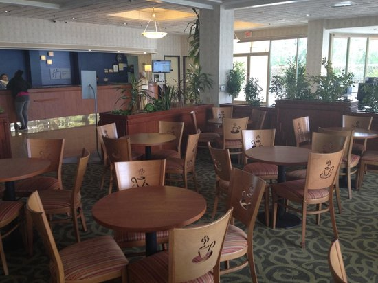 Holiday Inn Express Hotel & Suites Pasadena Colorado Blvd. : Dining and lobby