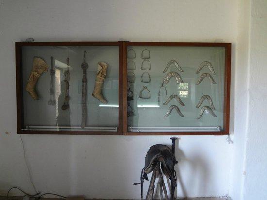 Museo Posta del Chuy: Botas, rebenques, y estribos.