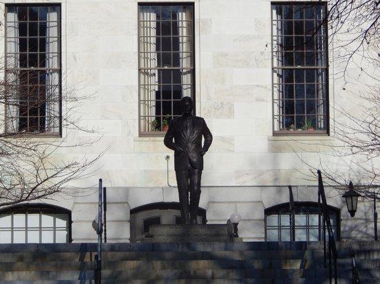 Massachusetts State House : statue