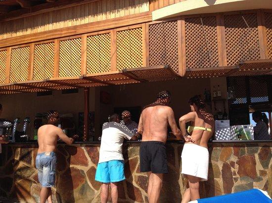Iberostar Torviscas Playa: Palapa de piscina( solo hay bebida)