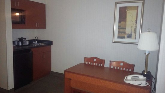 La Quinta Inn & Suites Newark - Elkton: Kitchenette/desk space