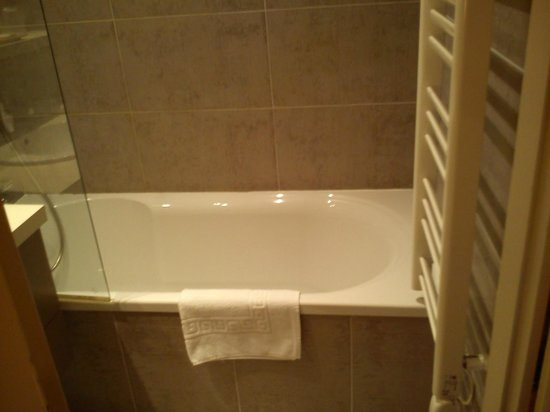 Hotel Le Trophee: Baignoire