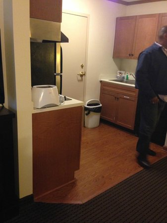 Holiday Inn Express & Suites: Kitchen...nice size with fridge and stove