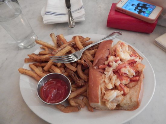 Neptune Oyster : lobster roll hot with butter