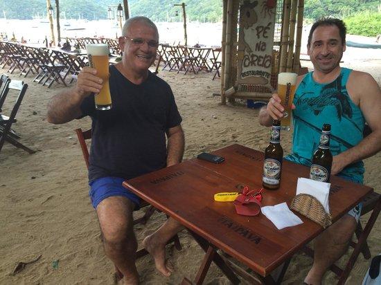 Restaurante Pé na Areia: Luiz Fernando e Armin tomando uma Jacobinus Hefeweizen, uma das melhores cervejas da Alemanha no