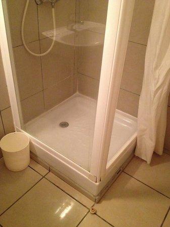 KARAIBES HOTEL : Douche douteuse
