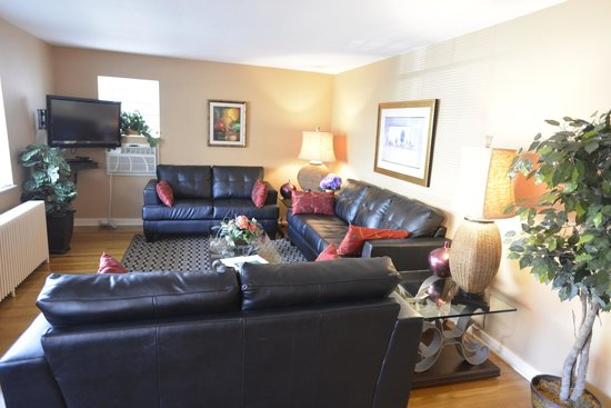 Friendship Suites: Large 5 room Two Br apartment suite living room