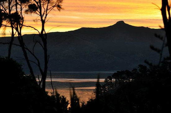 Akaroa Cottages - Heritage Collection : Beautiful sunset from the property