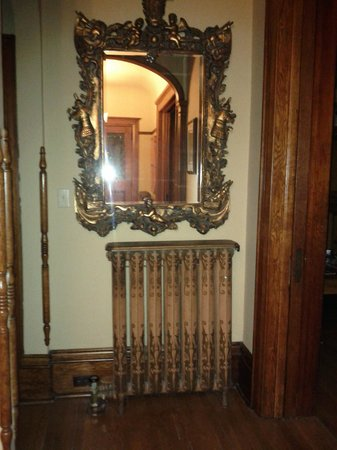 Brown's Manor Bed and Breakfast : Interesting woodwork, ornate working radiators, exquisite antiques.