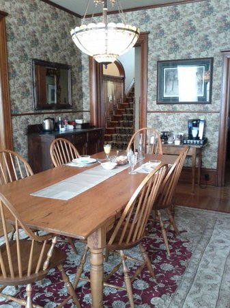 Brown's Manor Bed and Breakfast : Lovely dining room with unusually comfortable chairs.