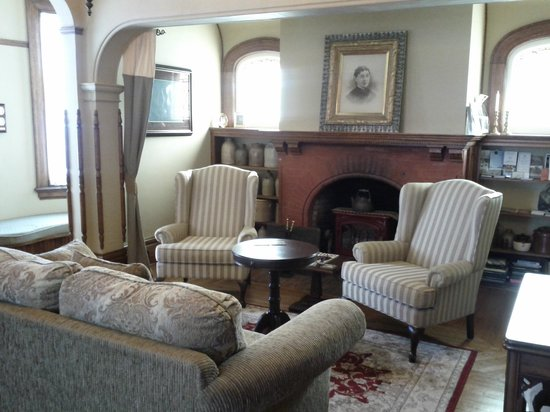 Brown's Manor Bed and Breakfast : Relaxing sitting area for guests.