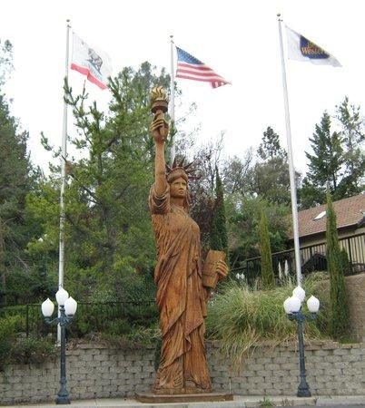 BEST WESTERN PLUS Yosemite Gateway Inn: Yosemite Gateway Inn Redwood Statue