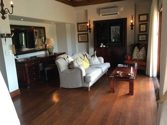 Lion Sands - Tinga Lodge: living area of our suite