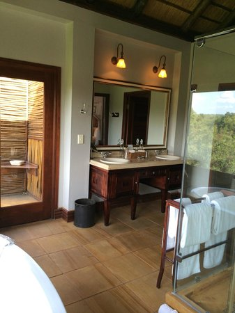 Lion Sands - Tinga Lodge: other angle of bathroom