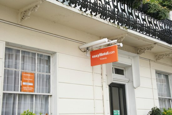 easyHotel London Victoria: Sign