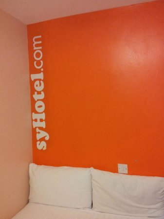 easyHotel London Victoria: Wall but missing the EA