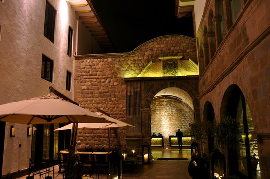 JW Marriott El Convento Cusco: Main hall that takes goes to the reception