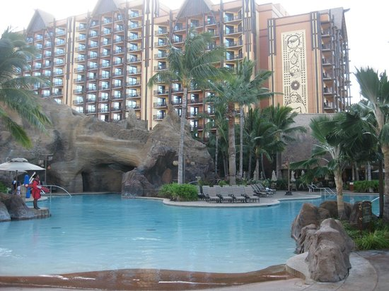 Aulani, a Disney Resort & Spa : Main big pool (this is at 8am before everyone gets there)