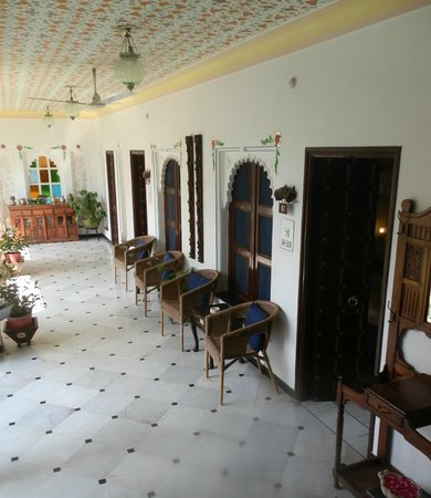Hotel Mahendra Prakash: Verandah seating outside room