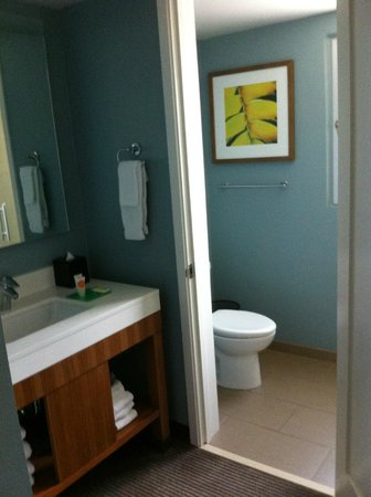 Hyatt Place Waikiki Beach: Bathroom area