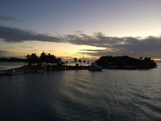 Musket Cove Island Resort : Island Bar @ Sunset