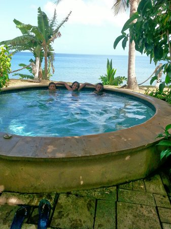 Tropikist Beach Hotel & Resort: Having fun in the out door jacuzzi