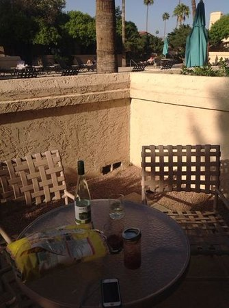 Scottsdale Plaza Resort: The little patio off of our living room.