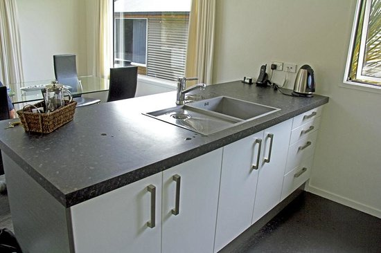 Franz Alpine Retreat: Plenty of kitchen counter space and a great sink