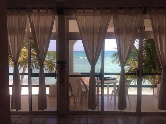 Del Sol Beachfront Hotel: The view from our living room!