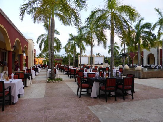 Ocean Maya Royale: the courtyard outside the lobby