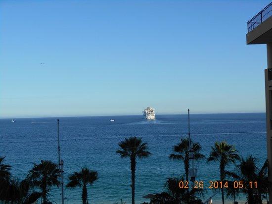 Villa del Arco Beach Resort & Spa: Cruise ship