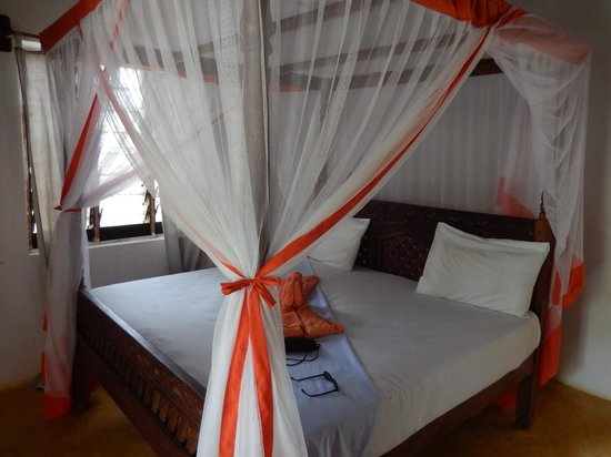 Queen of Sheba Beach Hotel: The bed with mosquito nets