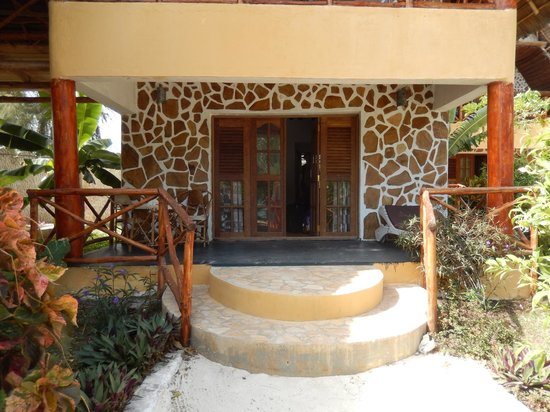 Queen of Sheba Beach Hotel: Two-story beach bungalow (bottom floor was ours)