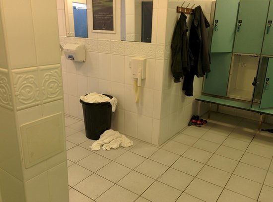 Carnoustie Golf Course Hotel: broken haidryer and overflowing towel BIN