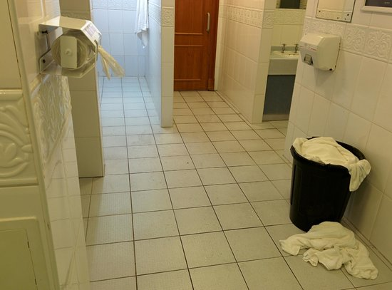 Carnoustie Golf Course Hotel: filthy floor in spa changing room