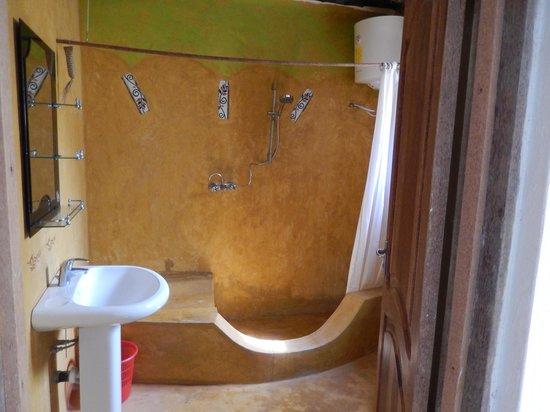 Queen of Sheba Beach Hotel: Bathroom