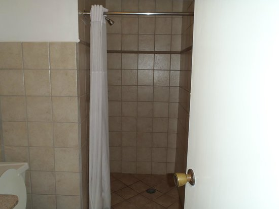 L'Esperance Hotel: shower