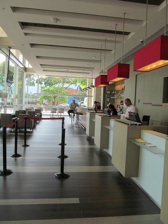 Ibis Medellin: Lobby from entrance
