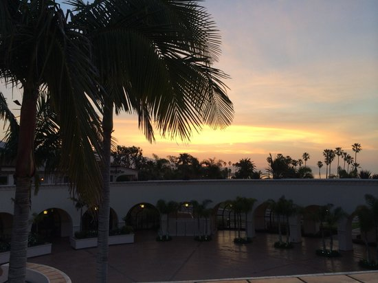 The Fess Parker - A Doubletree by Hilton Resort : Sunset overlooking the hotel courtyard.