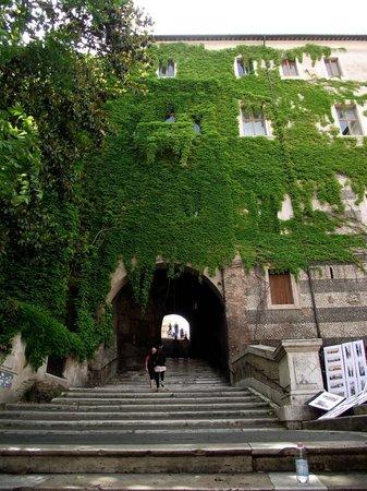 Saint-Pierre-aux-Liens (San Pietro in Vincoli) : Escadaria que dá acesso a igreja vista da Via Cavour